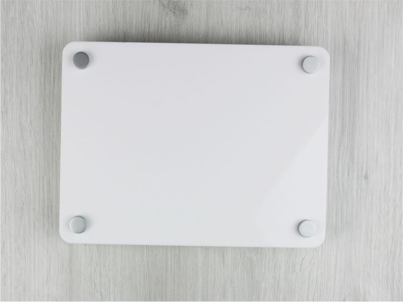 targa in plexiglass bianco con angoli arrotondati